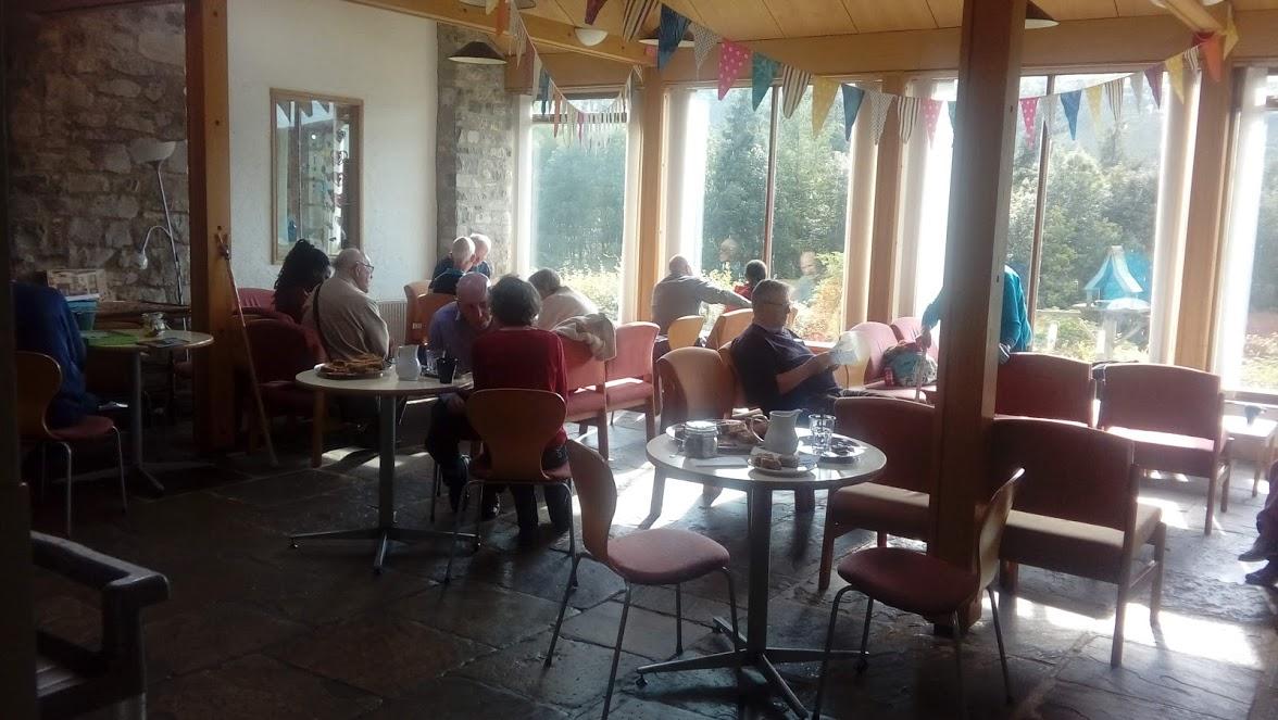 Vendégek a sun loungeban délutáni tea/kávé szünetben